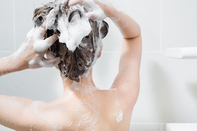 用洗髮精來清洗頭皮