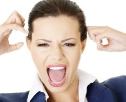 プレミアムブラックペイントの効果なしと怒っている外人女性