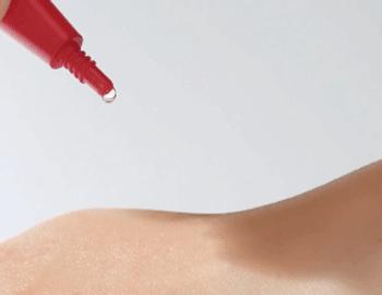 リポコラージュ ラメラエッセンスCを肌に垂らす